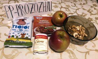 Шаг 1: Подготовьте яблоки, корицу, творог, стевию и орехи.