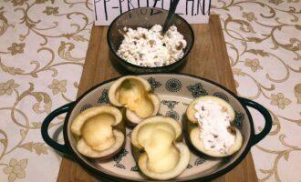 Шаг 4: Начините яблочные корзиночки творожным фаршем.