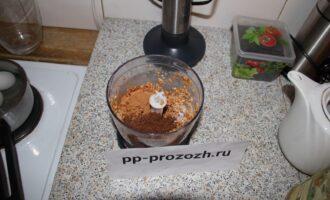 Шаг 2: Слейте пшеницу с водой в ситечко, слегка встряхните, промойте. Измельчите зерна в блендере около 5-7 минут.