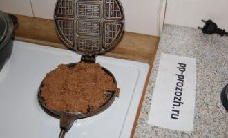 Шаг 5: Выложите ложкой полученную массу на разогретую вафельницу и закройте, через минуту переверните вафельницу на конфорку другой стороной.