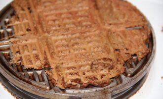 Шаг 6: Аккуратно отделите ложкой готовые вафли с поверхности вафельницы в тарелку.
