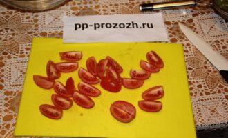 Шаг 4: Нарежьте некрупно помидоры.