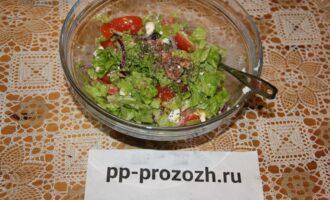 Шаг 8: Добавьте немного французской горчицы, семян чиа и перемешайте. Салат готов!