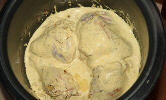 Шаг 7: Залейте соусом курицу и оставьте тушить на 25 минут.
