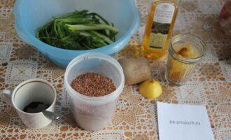 Шаг 1: Подготовьте ингредиенты: масло, кунжут, куркуму, семечки льна, помойте зелень.