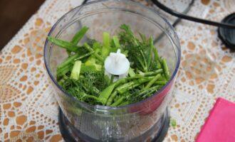 Шаг 4: Положите зелень  в блендер.
