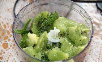 Шаг 5: Добавьте киви и семена кунжута и немного масла. Взбивайте 5-7 минут.