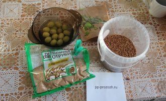 Шаг 1: Подготовьте ингредиенты: гречневую крупу, отруби, оливки и семена тыквы.