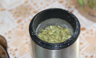 Шаг 2: Поместите семена тыквы в кофемолку и измельчите.