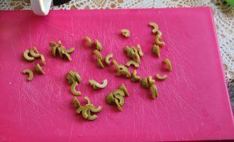 Шаг 4: Нарежьте оливки.