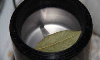 Шаг 3: Измельчите в кофемолке лавровый лист или мелко порежьте его.