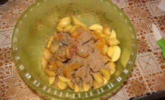 Шаг 5: Смешайте картофель со специями.