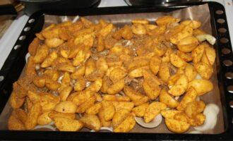 Шаг 7: Выложите на застеленный и смазанной маслом бумагой противень. Готовьте 20-30- минут при температуре 180 градусов.  Проверяйте готовность и перемешивайте, чтобы картофель запекался равномерно.