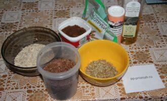 Шаг 1: Подготовьте ингредиенты: семена подсолнечника жареные, тростниковый сахар, подсолнечное масло, соль, пшеничные отруби, льняные семечки и овсяные хлопья.