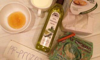 Шаг 1: Подготовьте ингредиенты: муку, молоко, отруби, мёд и оливковое масло.