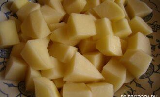 Шаг 3: Поставьте бульон на плиту. Покрошите картофель. Когда бульон закипит, положите в него часть соли и картофель. После закипания варите картофель до мягкости примерно 20 минут.