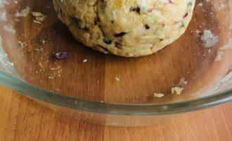 Шаг 10: Обваляйте тесто в манке.