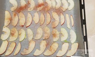 Шаг 5: Посыпьте на свой вкус корицей и имбирём. Если хотите более десертный вкус, можете добавить немного сахарной пудры, но яблоки итак дадут сладость. Выпекайте около двух часов.