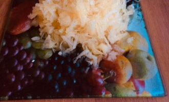 Шаг 2: Кабачок очистите от кожуры и семян. Натрите на крупной терке.