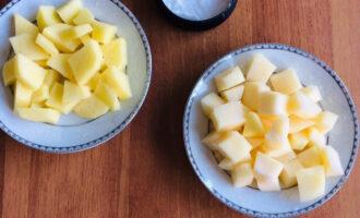 Шаг 2: Картофель и кабачок нарежьте кубиками 2 см.