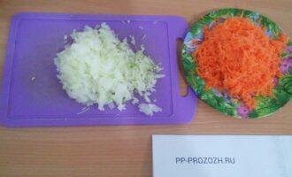 Шаг 3: Потрите морковь на терку. Лук мелко порежьте.