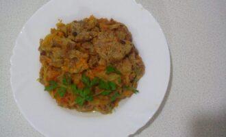 Шаг 6: Подавайте мясо с зеленью и овощами.
