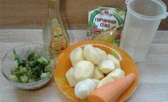 Шаг 1: Почистите картофель, морковь и лук. Помойте замороженные брокколи в теплой воде.