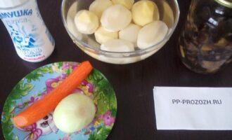 Шаг 1: Подготовьте ингредиенты: картофель, морковь, лук, консервированные грибы, соль.