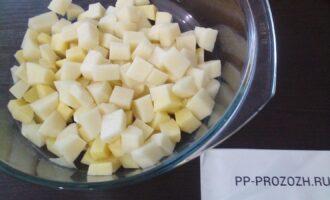 Шаг 2: Порежьте картофель кубиками.