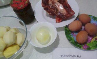 Шаг 1: Подготовьте ингредиенты: мясо говядины на кости, картофель, лук, яйца, консервированный щавель.