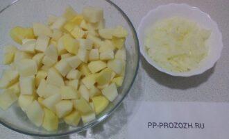 Шаг 3: Порежьте картофель и лук.