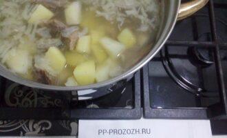 Шаг 5: Опустите в бульон разобранное мясо, картофель и лук, варите до готовности, немного подсолите.
