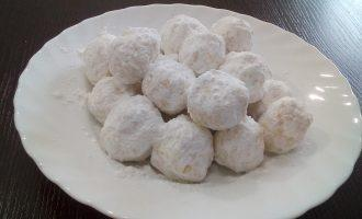 """Шаг 6: Готовые шарики """"Снежки"""" обваляйте в сахарной пудре."""