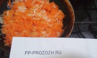 Шаг 3: Обжарьте на раскаленной сковороде, смазанной малом лук и морковь.