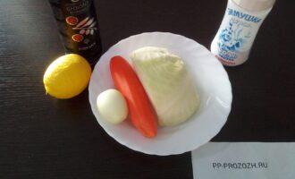 Шаг 1: Подготовьте ингредиенты: капусту, морковь, лук, сок лимона, оливковое масло, соль.