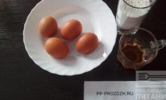 Шаг 1: Подготовьте ингредиенты: яйца, муку, мед.