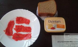 Шаг 1: Подготовьте ингредиенты: черный ржаной хлеб, красную рыбу, плавленый сливочный сыр.