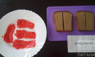 Шаг 2: Нарежьте хлеб ломтиками 1 сантиметр, тоненько нарежьте красную рыбу.