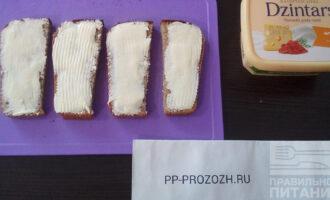 Шаг 3: Намажьте хлеб плавленым сыром.