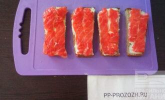 Шаг 4: Выложите сверху красную рыбу.