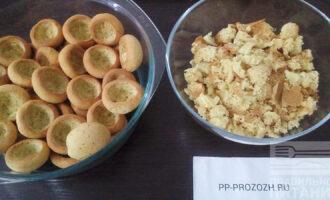 Шаг 5: Сделайте углубление в каждом печенье, пока оно  не успело остыть.