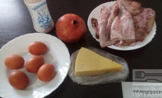 Шаг 1: Подготовьте ингредиенты: кальмары свежемороженые, яйца, сыр, соль, домашний майонез, гранат.