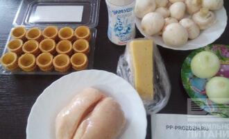 Шаг 1: Подготовьте ингредиенты: тарталетки, шампиньоны, куриную грудку, сыр, соль, домашний майонез, лук .