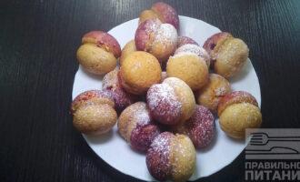 Шаг 8: По желанию слегка присыпьте сахарной пудрой готовые пирожные.