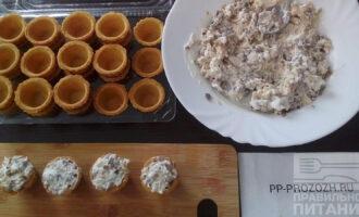 Шаг 5: Соедините грибы с луком с куриной грудкой, посолите по вкусу, добавьте майонез и хорошо перемешайте. Наполните тарталетки.