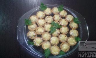 Шаг 7: Поставьте в духовку на 10 минут, закуску подавайте к столу теплой. Украсьте зеленью, оливками или свежими овощами.