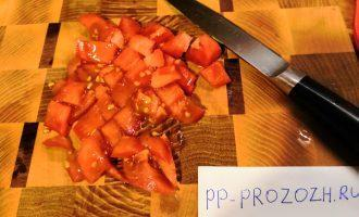 Шаг 3: Порежьте кубиками помидор. Если у вас есть помидоры черри, их можно порезать пополам и выложить сверху на салат.