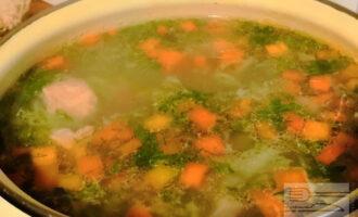 Шаг 6: Перед окончанием варки добавьте соль по вкусу и зелень. Выключите плиту и дайте супу настояться еще 10 минут.