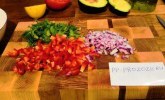 Шаг 2: Порежьте мелкими кубиками лук и красный перец. Нашинкуйте зелень. Добавьте к тунцу и перемешайте.