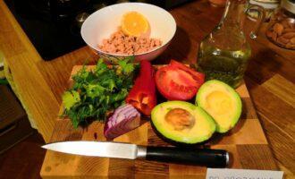 Шаг 1: Подготовьте следующие ингредиенты: авокадо, тунец в собственном соку, помидор, сладкий красный перец, зелень, красный лук, оливковое масло, лимон.